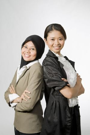 laptop asian: Retrato de las dos j�venes emprendedoras Foto de archivo