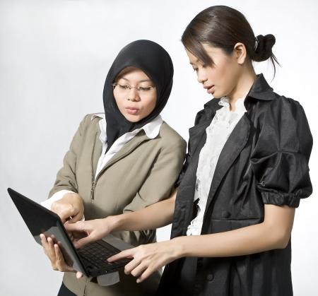 femmes muslim: Deux pied jeunes parler affaires Banque d'images