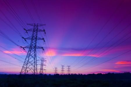 kraftwerk: Strommasten bei Sonnenuntergang