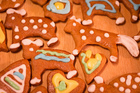 osos navide�os: Gingerbread colorful decorated cookies - Christmas bears, heart Foto de archivo