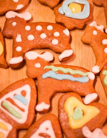 osos navideños: Pan de jengibre colorido galletas decoradas - osos de Navidad Foto de archivo