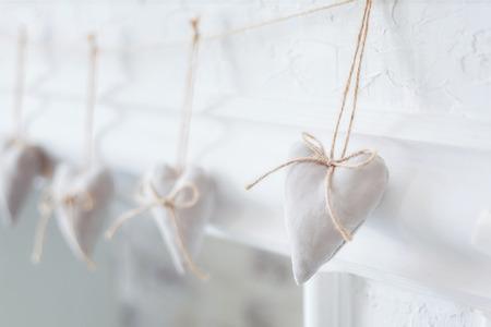 romance: têxtil artesanal coração branco em um fundo branco, estilo rústico. consept o romance.