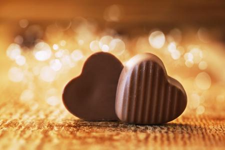 chocolaatjes harten op houten achtergrond, Valentijnsdag