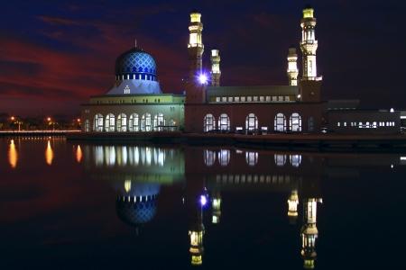 sabah: Night view of floating mosque (Bandaraya Mosque), Kota Kinabalu, Sabah, Malaysia