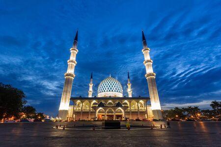 prachtig uitzicht op de moskee van Sultan Salahuddin Abdul Aziz Shah tijdens zonsopgang Stockfoto