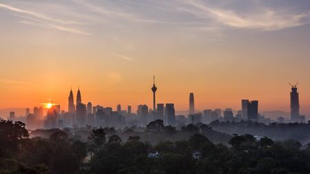 majestueuze zonsopgang boven Kuala Lumpur, de stadshorizon van Maleisië Stockfoto