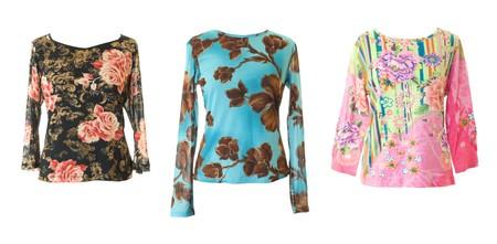 blusa: 3 coloridas blusas femeninas con adornos de flores. Aislados en fondo blanco