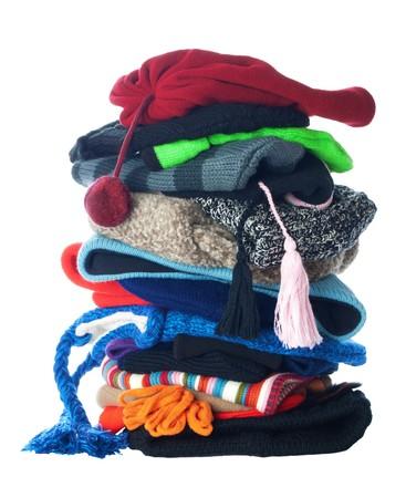 Pila pequeña de sombreros de lana de invierno. Aislados en fondo blanco  Foto de archivo
