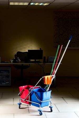 propret�: Chariot avec backets l'eau et des trucs de nettoyage dans le milieu du bureau vide