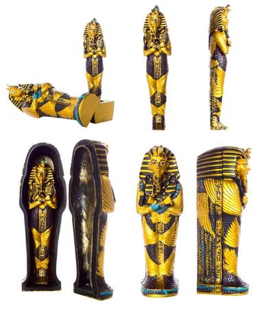tumbas: La tumba de faraón egipcio y la momia aislado sobre fondo blanco