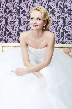 foda: 20 Ensayo plurianual hermosa novia se sienta en un banco. Ella está mirando a otro lado y mostrando el dedo medio. Ella está sonriendo levemente | sonriendo