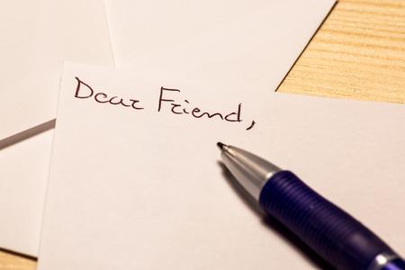 pluma de escribir antigua: la beginnin de una carta a un amigo muy lejos Foto de archivo