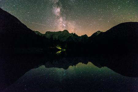 태양은 내려 가고 별은 이탈리아 알프스 산맥의 망가 트 앞에서 나온다.