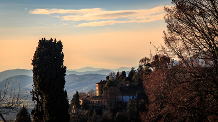 The sun goes down on the city of Bergamo, Italy Banque d'images