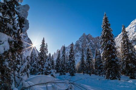 Sunny winter morning in the italian dolomites 스톡 콘텐츠