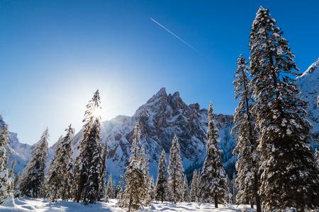Słoneczny zimowy poranek we włoskich dolomitach
