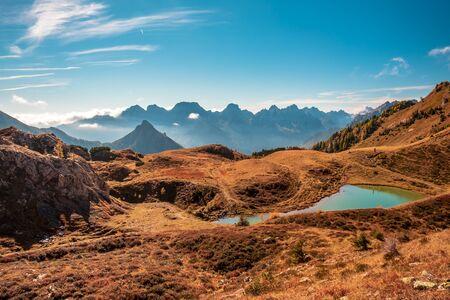 A sunny autumn day in the Carnic Alps in Friuli Venezia-Giulia, Italy 版權商用圖片