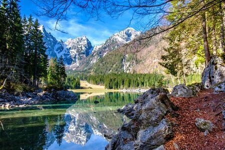 Spring morning at the superior lake of Fusine, Friuli Venezia-Giulia, Italy 版權商用圖片