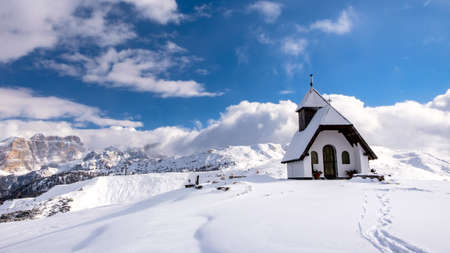 An old church on the top of the mountain in italian alps during winter season Stockfoto