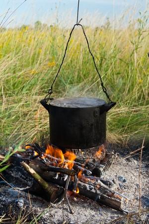 火の上に鍋に水を沸騰