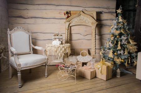 Mooi houten kerstbinnenland met kerstboom