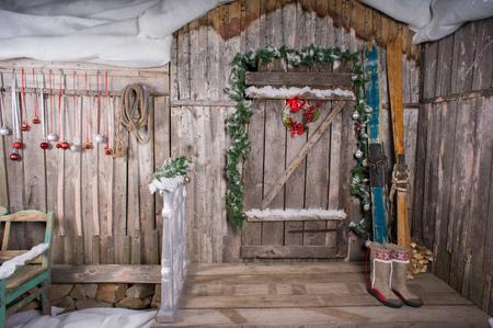 De oude houten chalet met een decoratie achtergrond skiën