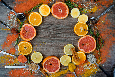 sweetie: Round frame with sweet citrus fruits on a dark background. the view from the top. background
