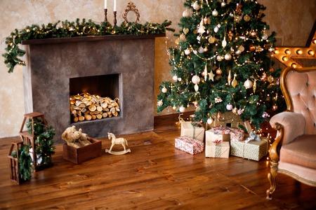 Cadeaux et cadeaux sous le sapin de Noël