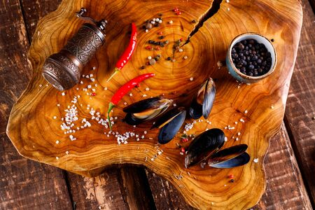 mussels steamed on a wooden background, 版權商用圖片