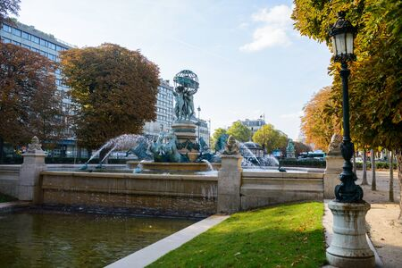 Luxembourg gardens in Paris, the fountain of the Observatory in the autumn Sunny day Banque d'images