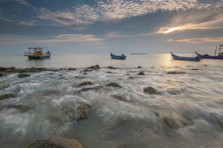 不機嫌そうな夕日タンジュン Piandang ビーチ ペラ マレーシアの漁船などの行 写真素材