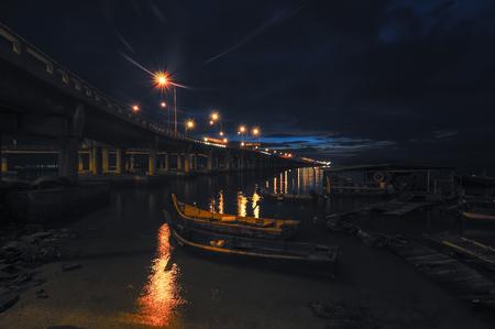 マレーシア ペナン ブリッジに最も近いビーチで夜漁師船