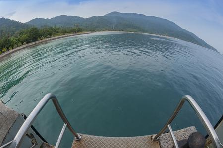 ティオマン島の中に朝の魚の眼で桟橋のビュー 写真素材 - 47728715