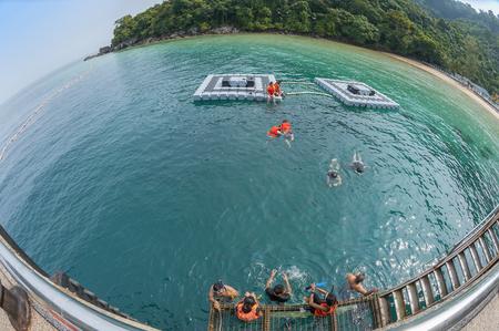 ティオマン島, マレーシア熱帯海の魚目広角ビュー 写真素材 - 47728718