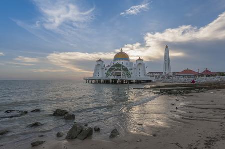 マラッカ マレーシア広場にマスジッド海峡モスク 写真素材 - 47728719
