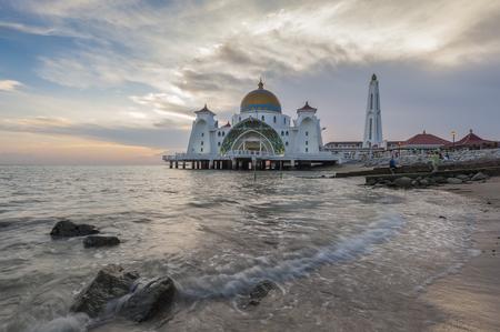 日没時にマラッカ、マレーシアでマスジッド海峡モスク 写真素材 - 47728720