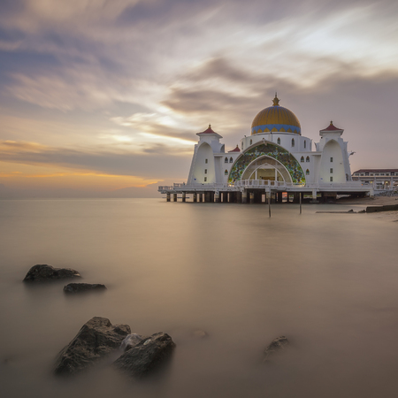 マラッカ マレーシア広場にマスジッド海峡モスク 写真素材 - 47728721