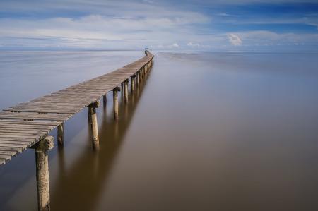 長い桟橋とマレーシア ・ サラワク州の長時間露光でクリアな視界