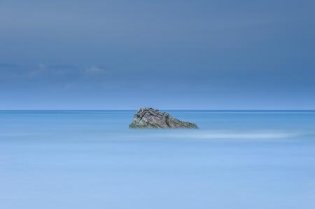 長時間露光ショット クアラルンプール Penyu、ボルネオ、マレーシア ・ サバ州の近くの海の中でロッキーの単独で 写真素材 - 47725060