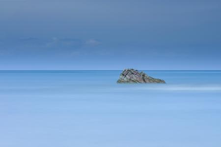 長時間露光ショット クアラルンプール Penyu、ボルネオ、マレーシア ・ サバ州の近くの海の中でロッキーの単独で 写真素材 - 47725061