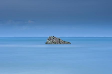 長時間露光ショット クアラルンプール Penyu、ボルネオ、マレーシア ・ サバ州の近くの海の中でロッキーの単独で 写真素材 - 47725065