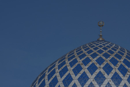 美しいのドーム スルタン サラフディン ・ アブドゥルアジズシャー モスクはマレーシア ・ セランゴール州のモスクです。それは、ブルーモスクとして知られています。それがシャー ・ アラムにある、マレーシアの最も大きいモスク 写真素材 - 47725071