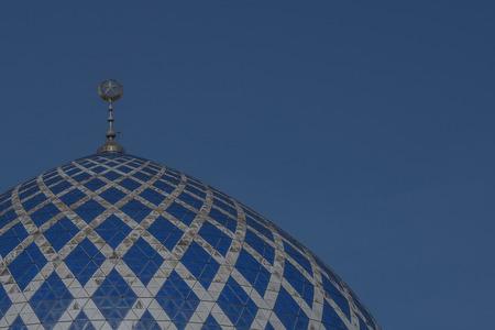 美しいのドーム スルタン サラフディン ・ アブドゥルアジズシャー モスクはマレーシア ・ セランゴール州のモスクです。それは、ブルーモスクとして知られています。それがシャー ・ アラムにある、マレーシアの最も大きいモスク 写真素材 - 47725072