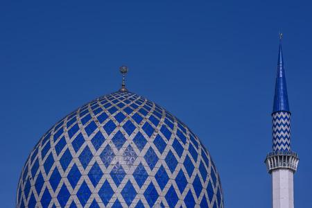 ミナレット スルタン サラフッディン アブドゥル ・ アジズ ・ シャー ・ モスクのドームは、マレーシア ・ セランゴール州のモスクです。それは、ブルーモスクとして知られています。その建設は、1988 年に終了。尖塔の高さは 142.3 m です。 写真素材 - 47725073