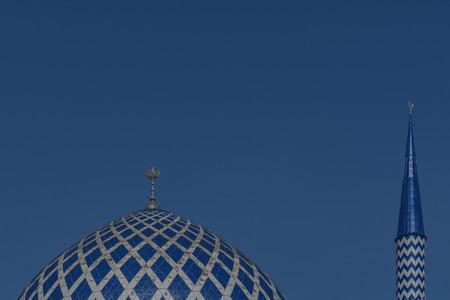 ミナレット スルタン サラフッディン アブドゥル ・ アジズ ・ シャー ・ モスクのドームは、マレーシア ・ セランゴール州のモスクです。それは、ブルーモスクとして知られています。その建設は、1988 年に終了。尖塔の高さは 142.3 m です。 写真素材 - 47725077