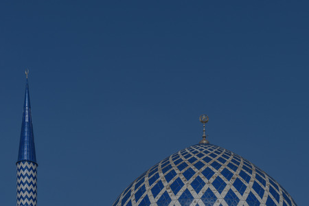 ミナレット スルタン サラフッディン アブドゥル ・ アジズ ・ シャー ・ モスクのドームは、マレーシア ・ セランゴール州のモスクです。それは、ブルーモスクとして知られています。その建設は、1988 年に終了。尖塔の高さは 142.3 m です。 写真素材 - 47725079