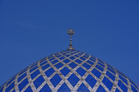 スルタン サラフディン ・ アブドゥルアジズシャー モスクの美しいドームは、マレーシア ・ セランゴール州モスクです。それは、ブルーモスクとして知られています。それがシャー ・ アラムにある、マレーシアの最も大きいモスク 写真素材 - 47725084