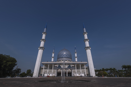 alam: Beautiful of  Sultan Salahuddin Abdul Aziz Shah  known as the Blue Mosque during evening. It is located in Shah Alam and is Malaysias largest mosque. Stock Photo