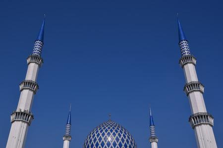 ミナレット スルタン サラフッディン アブドゥル ・ アジズ ・ シャー ・ モスクのドームは、マレーシア ・ セランゴール州のモスクです。それは、ブルーモスクとして知られています。その建設は、1988 年に終了。尖塔の高さは 142.3 m です。 写真素材 - 47725221