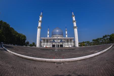 夕方の間にパノラマのスルタン サラフディン ・ アブドゥルアジズシャー モスクのビュー。シャー ・ アラムにある、マレーシアの最も大きいモスクです。魚目レンズを介してキャプチャします。 写真素材 - 47725223